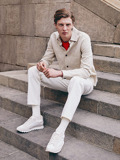 f6a19275 Man wearing Brygge overshirt in beige, white jeans and white sneakers