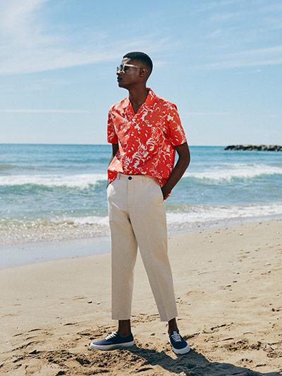 184afae89 Man wearing poplin red hawaiian shirt, beige regular trousers linen and blue  trainers
